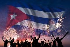 人们在古巴的烟花和旗子看 向量例证