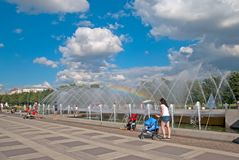 人们在圣彼德堡临近喷泉 俄国 库存图片