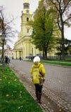 人们在圣彼德堡,俄罗斯参观一个古迹 免版税图库摄影