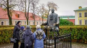 人们在圣彼德堡,俄罗斯参观一个古迹 库存照片