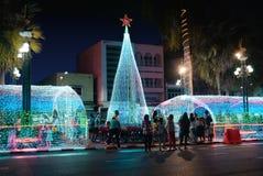 人们在圣诞节大厦和新年享用参观 库存照片