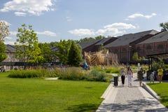 人们在城市公园'新的荷兰的'疆土放松在圣彼德堡 库存照片