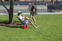 人们在城市公园放松'新的荷兰的'疆土在圣彼德堡 图库摄影