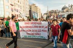 人们在塔克西姆广场参加巨型的反政府抗议在伊斯坦布尔,土耳其 免版税库存图片