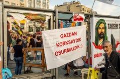 人们在塔克西姆广场参加巨型的反政府抗议在伊斯坦布尔,土耳其 免版税库存照片