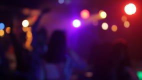 人们在夜总会跳舞并且获得乐趣,模糊,愉快 股票录像