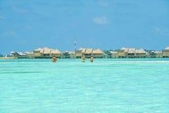 人们在天堂海岛,马尔代夫的假日 2012年3月 免版税库存图片