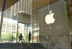 人们在密执安大道的苹果计算机商店在芝加哥,伊利诺伊 免版税图库摄影