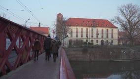人们在导致Ostrow Tumski的红色桥梁拥挤在弗罗茨瓦夫 影视素材