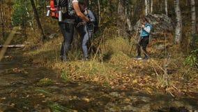 人们在山小河附近走 家庭旅行 由山,河,小河的人环境 父项和孩子 影视素材