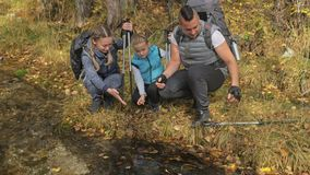 人们在山小河附近走 家族旅行 由山,河,小河的人环境 r 影视素材