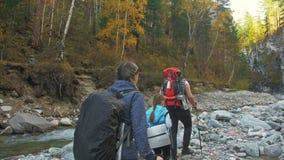 人们在山河附近走 家庭旅行 由山,河,小河的人环境 父项和孩子 影视素材