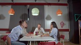 人们在工作室一起聚集在小公司办公室 影视素材