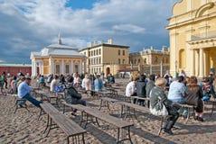 人们在彼得和保罗堡垒 圣彼德堡 俄国 免版税库存照片