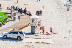 人们在拉古纳海滩海岸线 免版税库存照片