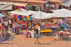 人们在拥挤市场领域的卖不同的项目 免版税库存照片
