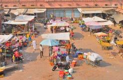 人们在拥挤市场领域的卖不同的项目 库存图片