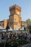 人们在斯皮兰贝尔托,意大利中心广场  库存图片