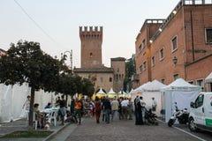 人们在斯皮兰贝尔托,意大利中心广场  免版税图库摄影