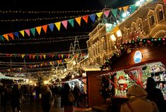 人们在晚上公平地走在圣诞节在红场的胶在莫斯科的中心 库存图片