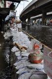 人们在曼谷,泰国尽量保留路干燥, 2011年11月07日 库存图片