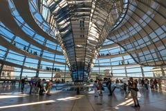 人们在柏林,德国参观Reichstag圆顶 免版税库存图片