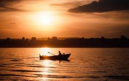 人们在河的一条小船游泳并且休息 免版税库存照片