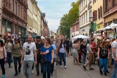 人们在海得尔堡老镇的步行区域拥挤海得尔堡秋天 海得尔堡,德国- 2017年10月1日 库存照片