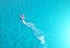 人们在海播放喷气机滑雪 鸟瞰图 顶视图 上午 免版税库存图片