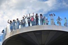 人们在玻璃桥梁站立在Zaryadye公园在莫斯科 普遍的地标 库存图片