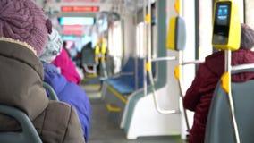 人们在电车进来 影视素材