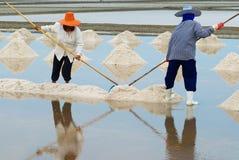人们在盐农场工作在Huahin,泰国 库存图片