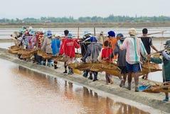 人们在盐农场工作在Huahin,泰国 免版税库存照片