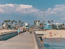 人们在码头在海滩走并且晒日光浴 从威尼斯海滩码头的看法 库存照片