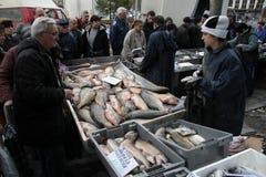 """人们在索非亚,保加利亚买在一个肮脏的海鲜市场上的鲜鱼外面†""""2008年12月5日 库存图片"""