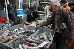 """人们在索非亚,保加利亚买在一个肮脏的海鲜市场上的鲜鱼外面†""""2008年12月5日 图库摄影"""