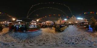 人们在红场出席圣诞节市场 图库摄影