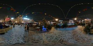 人们在红场出席圣诞节市场 免版税库存图片