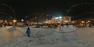 人们在红场出席圣诞节市场 免版税库存照片