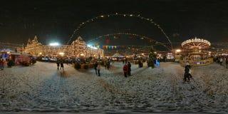 人们在红场出席圣诞节市场 库存图片