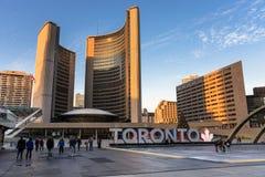 人们在纳丹菲利普广场,多伦多,加拿大,日落的 免版税库存照片