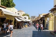 人们在罗得岛镇,罗得岛海岛,希腊街道上走  图库摄影