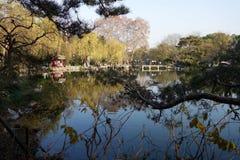 人们在美好的风景区附近在韩走在西湖 库存图片