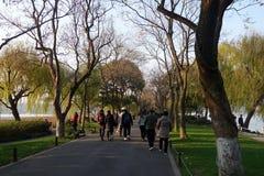 人们在美好的风景区附近在韩走在西湖 库存照片