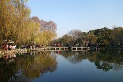 人们在美好的风景区附近在韩走在西湖 免版税库存图片