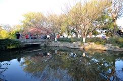 人们在美好的风景区附近走在西湖 免版税库存照片