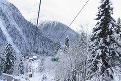 人们在老两位子电车第二阶段去滑雪倾斜 驻地在一多云冷淡的Polyana LII的顶视图 图库摄影