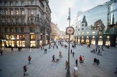 人们在股票im Eisen Platz去 免版税库存照片