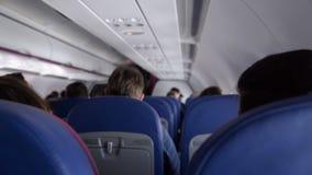 人们在船上的低成本航空公司飞机,便宜的飞行卖票售票服务 股票录像