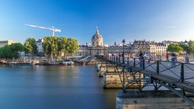 人们在艺术桥梁走在河塞纳河的在法国学院和天窗timelapse之间 股票录像